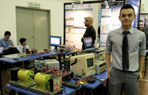 KBU International College Final year electrical & electronic engineering student, Yip Chee Hoe, with his project,