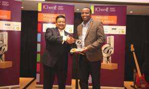 Curtin University, Sarawak Malaysia (Curtin Sarawak) clinched an IChemE Award for Innovation and Excellence at the second Institution of Chemical Engineers (IChemE) Malaysia Awards for Innovation and Excellence 2014 ceremony held at the Grand Millennium Hotel, Kuala Lumpur recently. Mesfin (right) accepting the award from Sazali Hamzah, Chief Executive Officer of Petronas Chemicals Group.